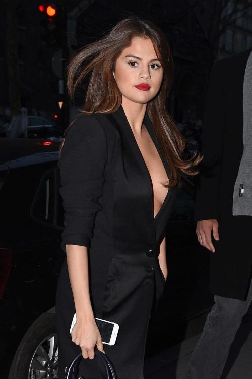 Selena-Gomez-in-Black-Dress--03