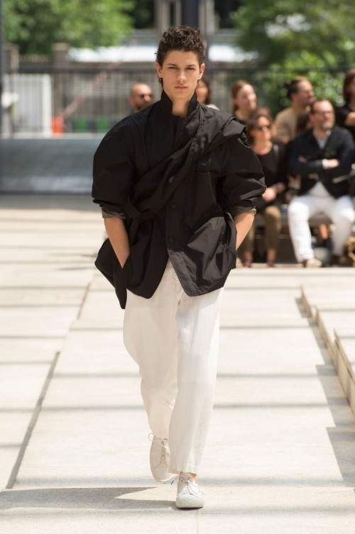 Issey-Miyake-Men-Spring-Summer-2017-Paris-Fashion-Week-14.jpg