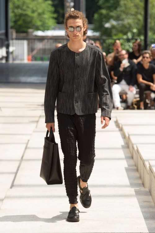 Issey-Miyake-Men-Spring-Summer-2017-Paris-Fashion-Week-16.jpg