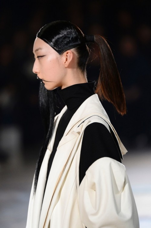 YohjiYamamotoRunwayParisFashionWeekWomenswear5D_oCdbxWE1x.jpg