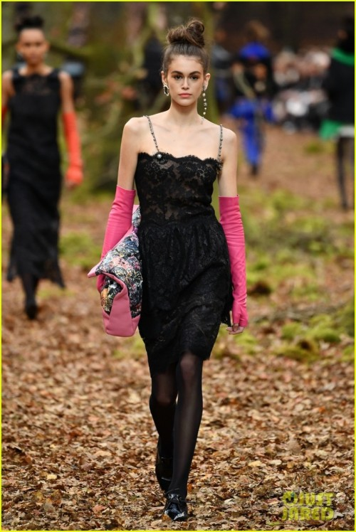 kaia-gerber-chanel-runway-fashion-week-paris-2018-01-2.jpg