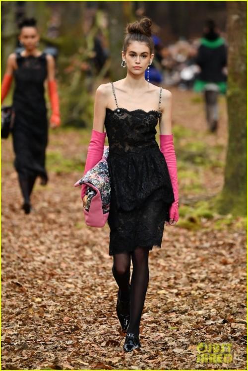 kaia-gerber-chanel-runway-fashion-week-paris-2018-05.jpg