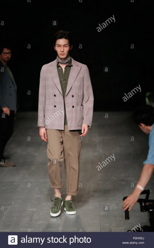 london-fashion-week-mens-british-designer-oliver-spencer-rehearsals-summer-spring-2019-fashion-collection-at-british-fashion-council-show-space-P2HXEJ.jpg
