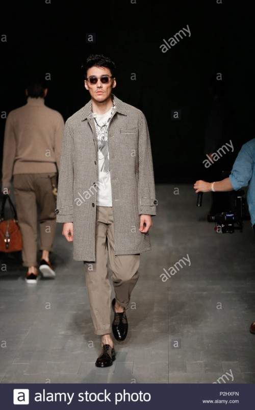 london-fashion-week-mens-british-designer-oliver-spencer-rehearsals-summer-spring-2019-fashion-collection-at-british-fashion-council-show-space-P2HXFN.jpg